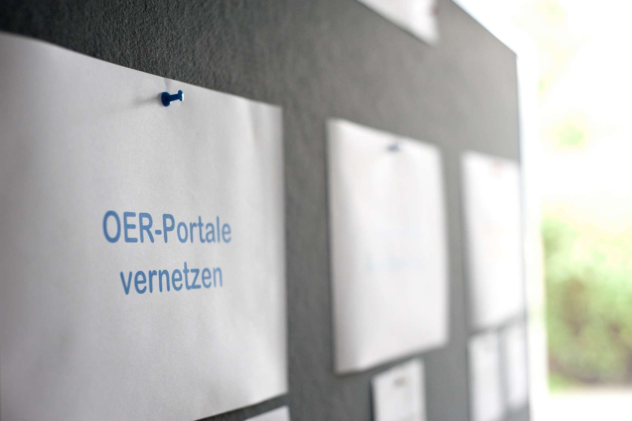 Das Bild zeigt eine Metaplanwand mit einem Zettel auf dem Steht OER-Portale vernetzen
