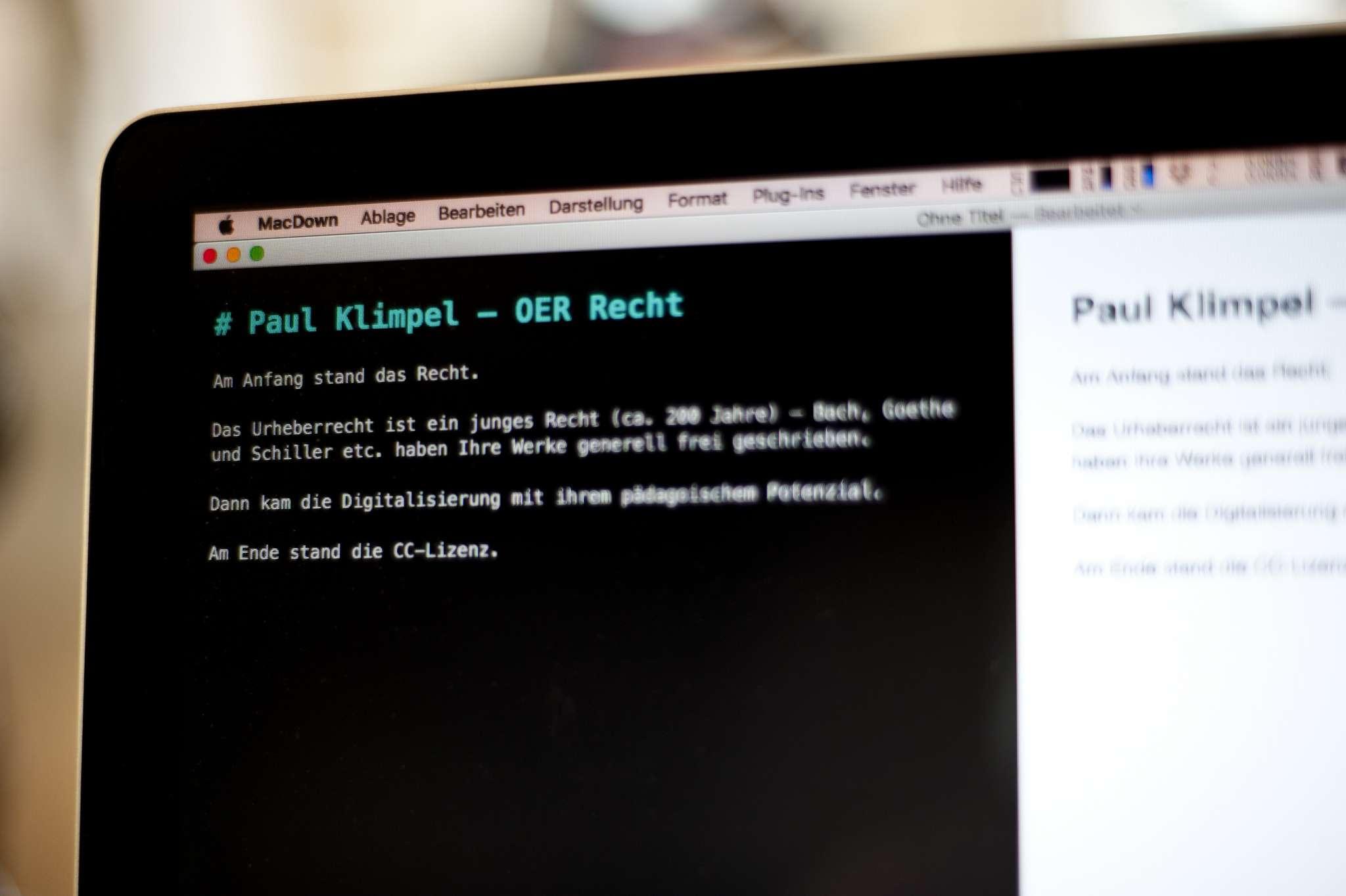 Foto eines Laptop Bildschirms mit geöffnetem Markdown Editor und dem Satz: Am Anfang stand das Recht.