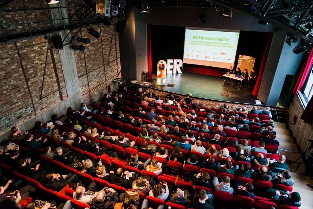 Vogelperspektive auf den Veranstaltungssaal und der großen Bühne