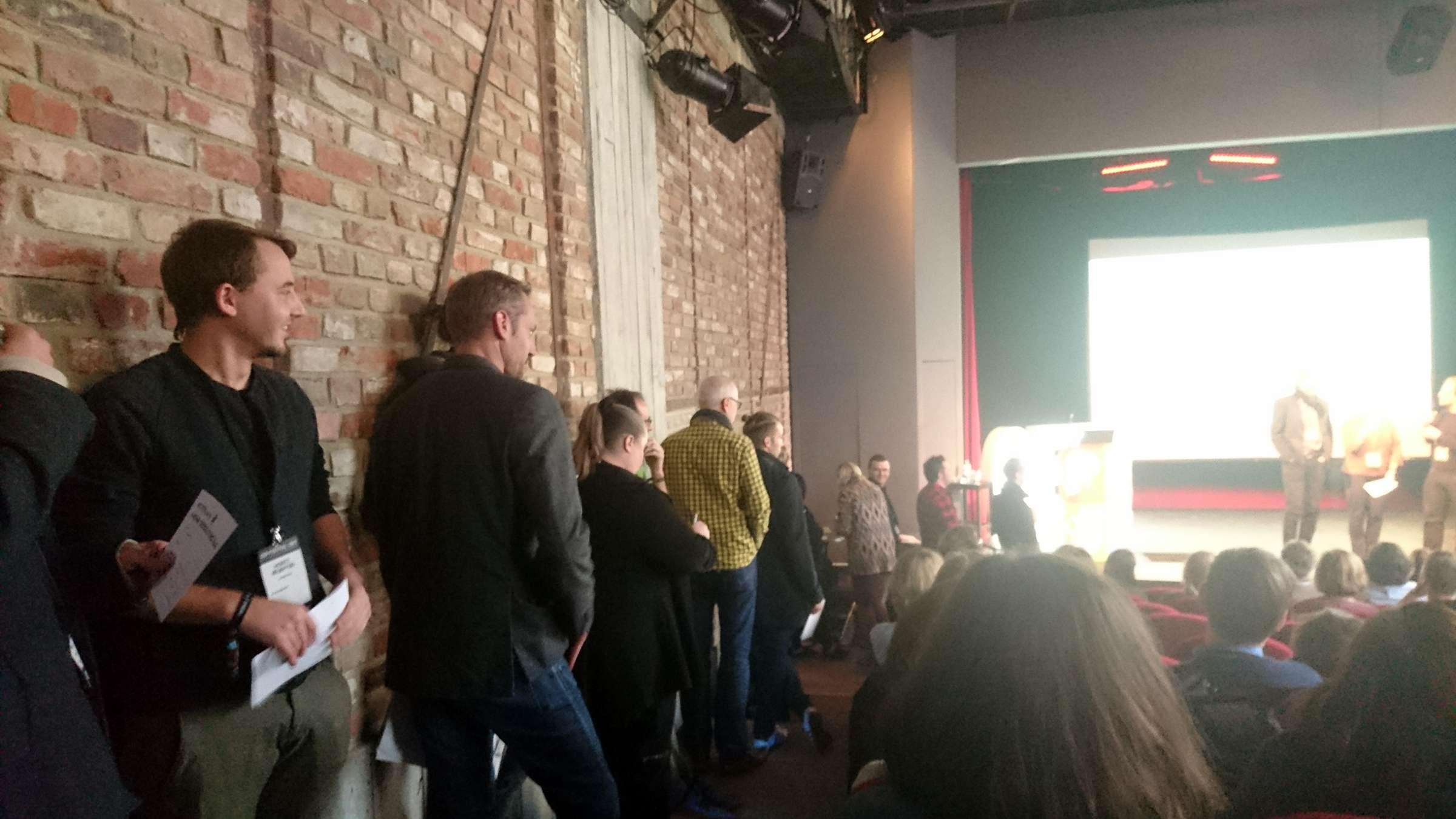Lange Schlange von Session-Teilgebenden beim OERCamp Ost 2017